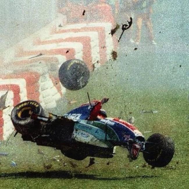 Momento em que o carro do piloto se choca com o muro de proteção (CRÉDITO: REPRODUÇÃO)