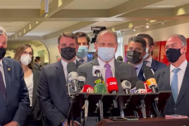 Barros em entrevista coletiva, após sessão ter sido suspensa (CRÉDITO: REPRODUÇÃO)