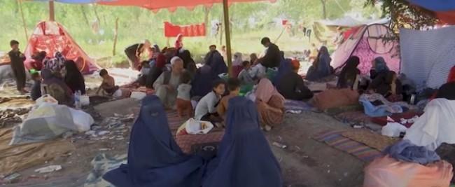 Famílias deixam suas casas com medo da violência do Talibã (CRÉDITO: REPRODUÇÃO)