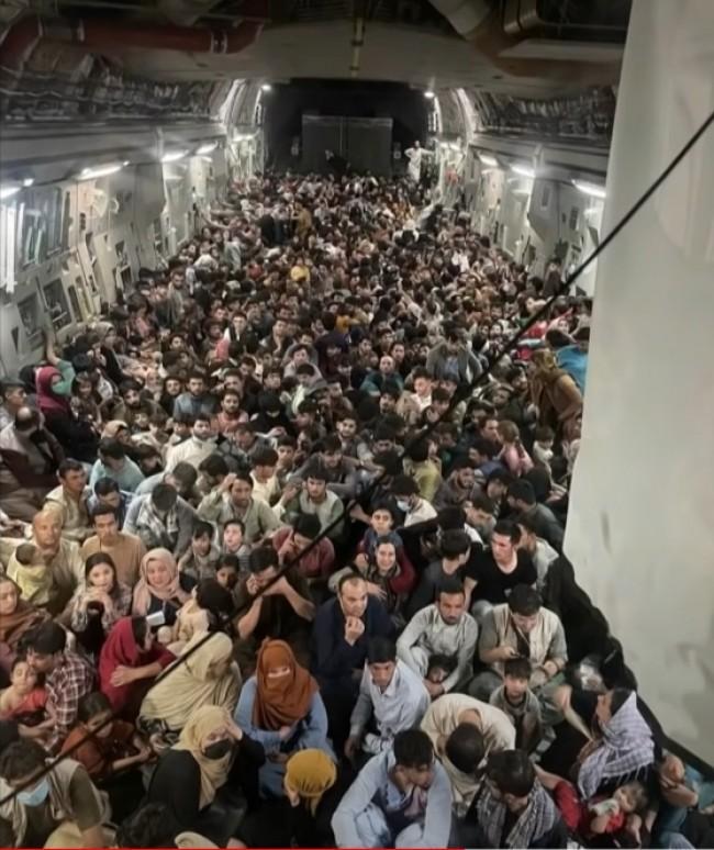 População se esconde em aeronave americana com medo do Talibã (CRÉDITO: REPRODUÇÃO)