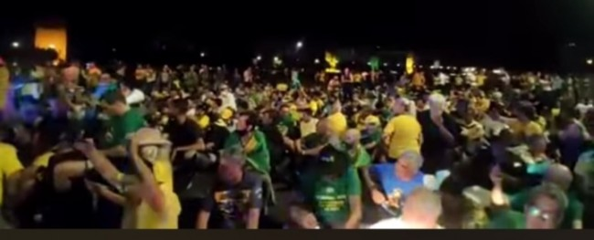 Manifestantes continuam em Brasília (CRÉDITO: REPRODUÇÃO)